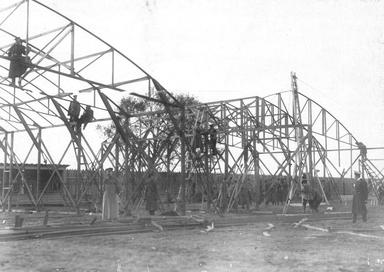 27. Строительство ангаров на аэродроме.
