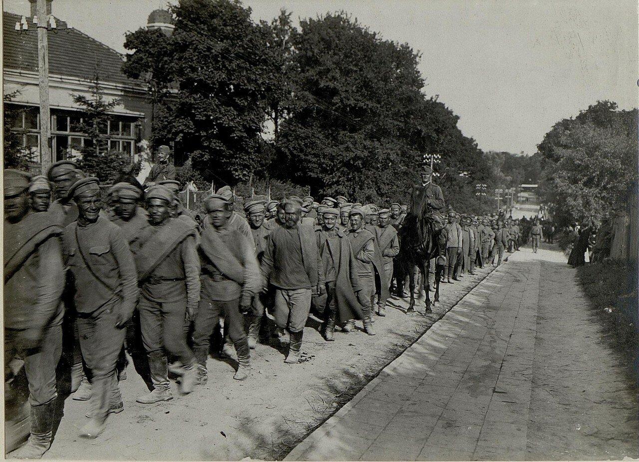 Русские военнопленные колонной проходят через Воробьевку