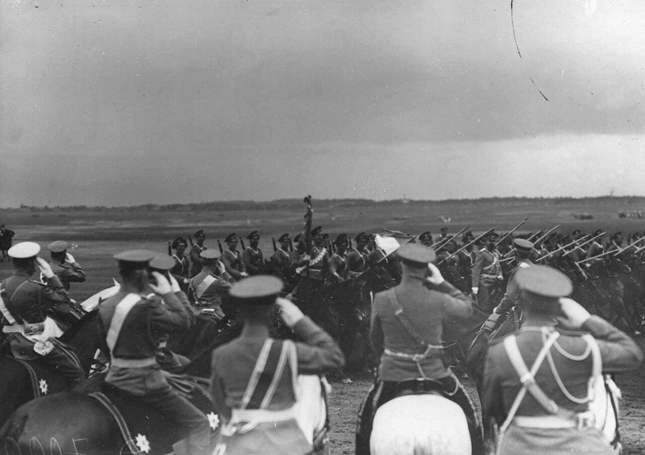 42. Казачьи сотни проходят церемониальным маршем мимо императора Николая II и датского короля Фридриха VIII. 7 июля 1909