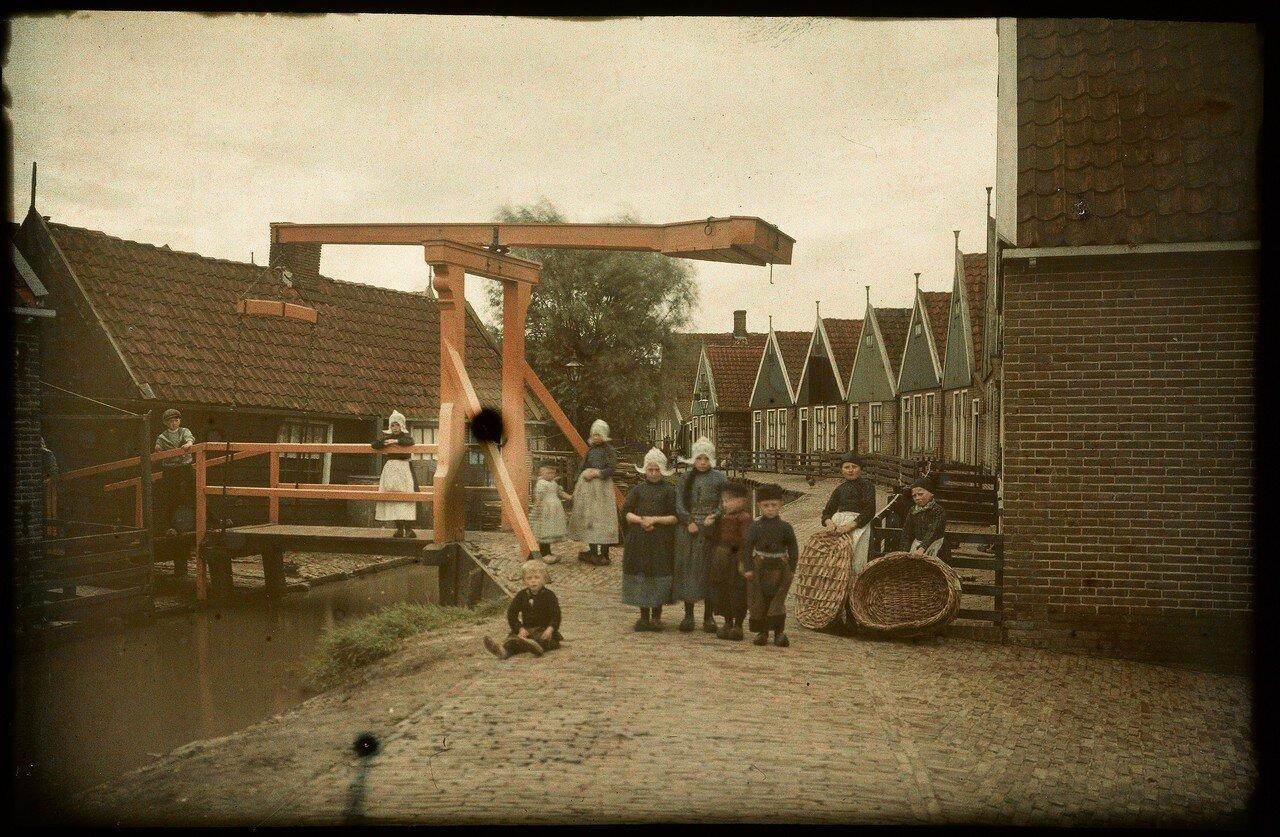 1912. Дети у разводного моста в Волендаме