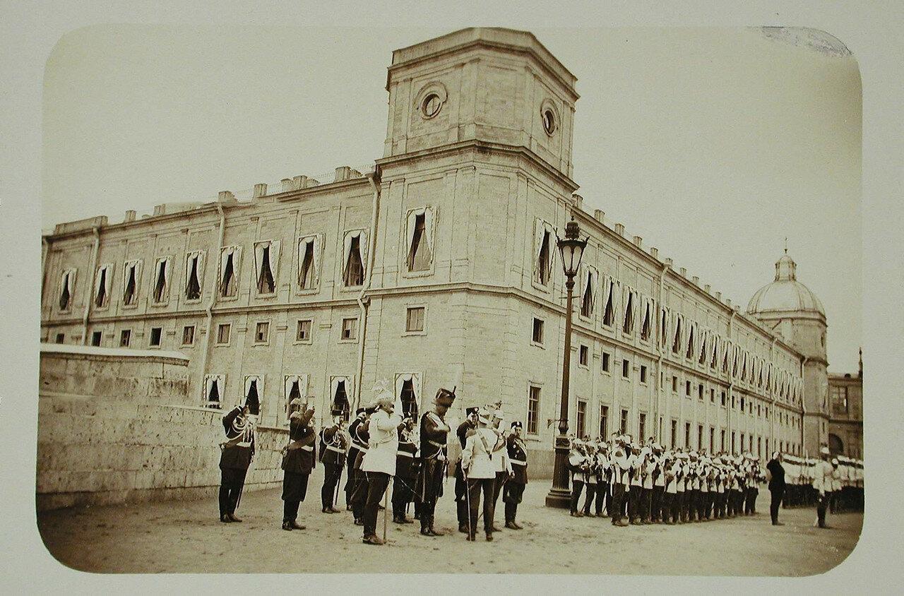 02. Император Николай II (стоит спиной) приветствует высшие офицерские чины полка перед началом парада