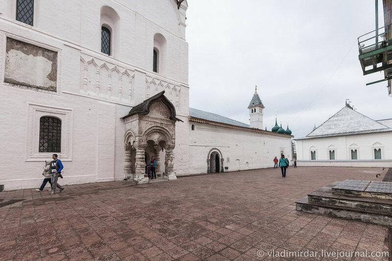 Храмовая площадь перед церковью Спаса на Сенях. Ростовский кремль.