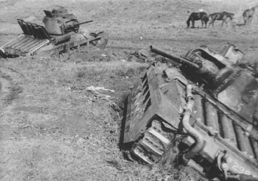 """Подбитые в р-не Харькова пехотные танки Mk.II (A12) """"Matilda II"""". Май 1942 года."""
