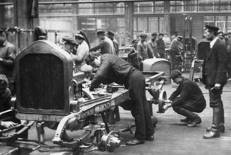 Сборка первых советских грузовиков АМО-Ф-15 в цехах Московского завода АМО, 1924 год.jpg