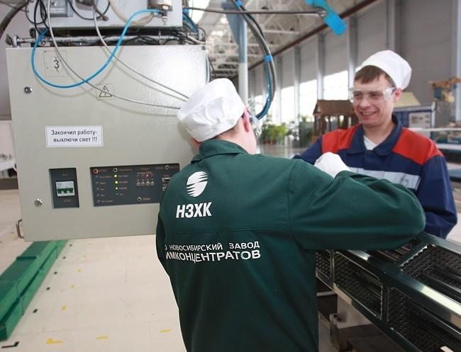 На заводе работают 2277 человек, средний возраст персонала — 44,3 года, 58 % — мужчины. Средняя зара