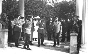 Император Николай II и сопровождающие его лица входят в  Камеронову  галерею.