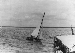 Крейсерская яхта возвращается на базу