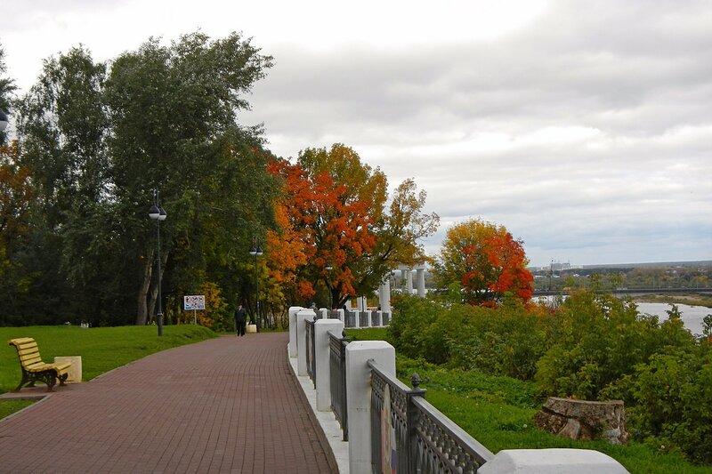 Мощёная брусчаткой набережная в Александровском саду в Кирове осенью.
