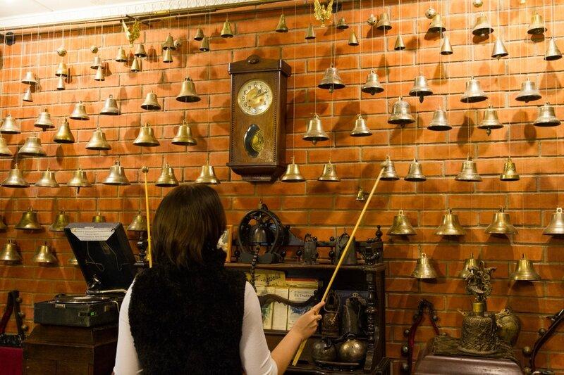 """Экскурсовод играет на колокольчиках, музей """"Музыка и время"""", Ярославль"""