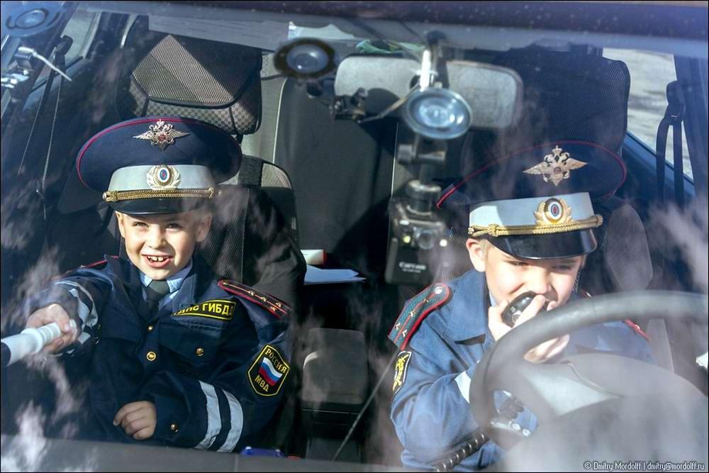 Дети на снимках из серии Люди мужественных профессий: полицейские и космонавты (7)