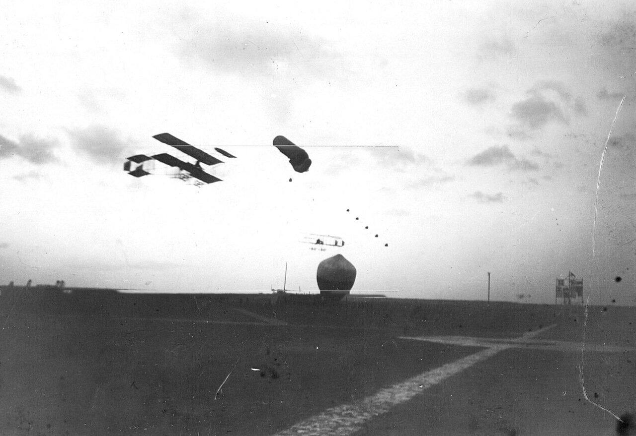 07. Аэроплан в воздухе над Комендантским аэродромом