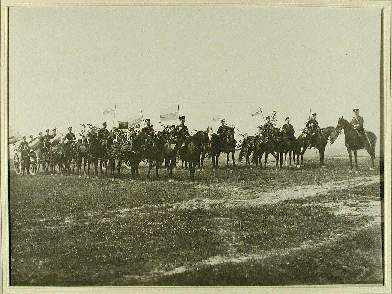33. Группа юнкеров после окончания учений у призовых орудий. Красное Село