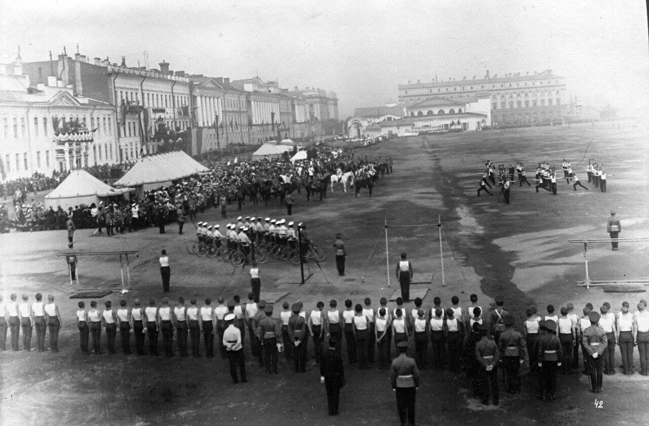 80. Император Николай II, сопровождающие его лица и публика наблюдают за гимнастическими упражнениями потешных