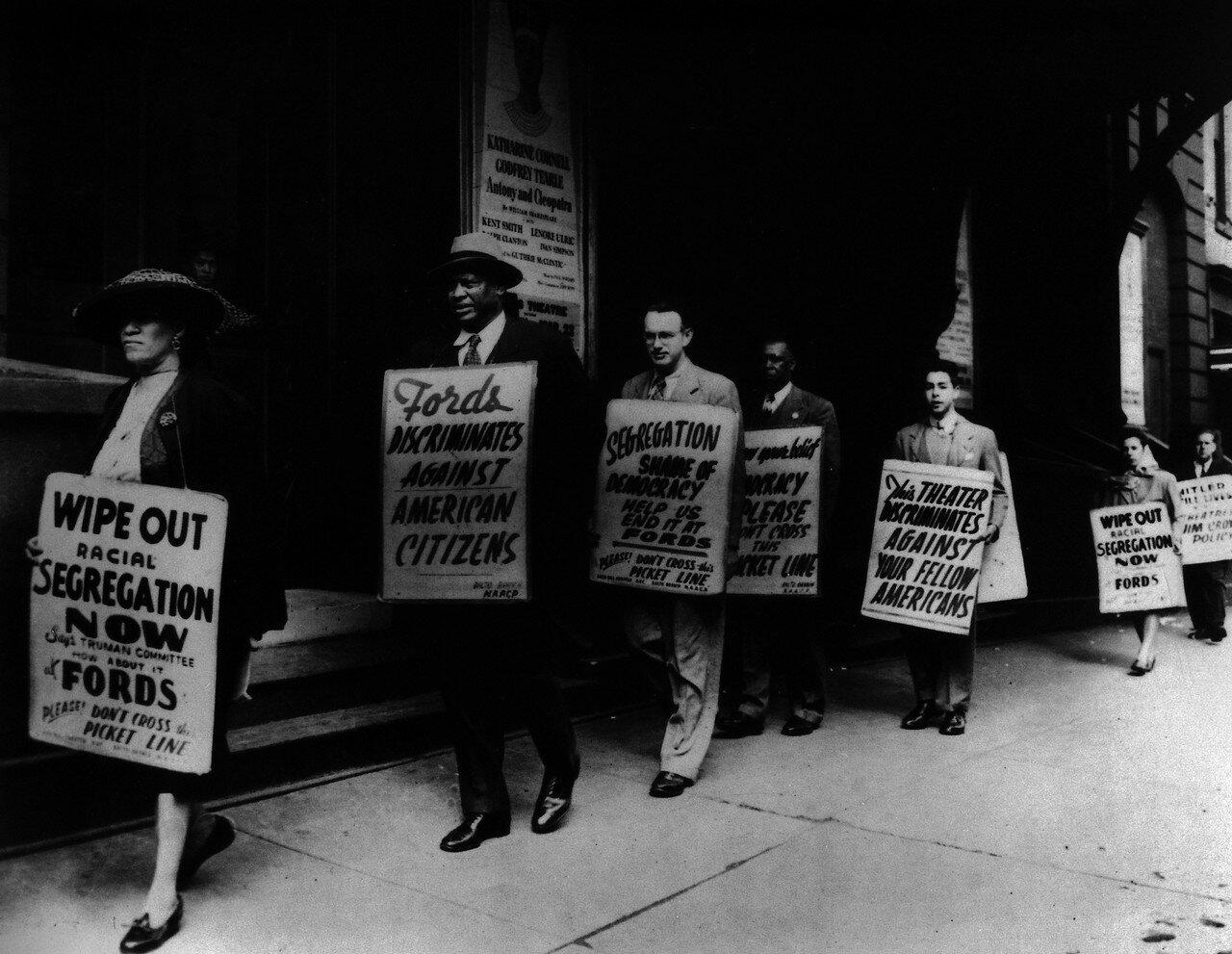 1947. Поль Робсон возле театра Форда на акции протеста