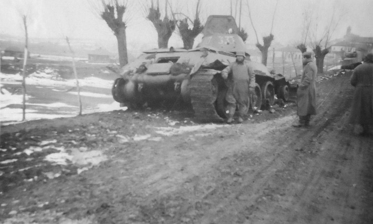 Подбитые танк Т-34 обр.1941 г. и бронетрактор ХТЗ-16.