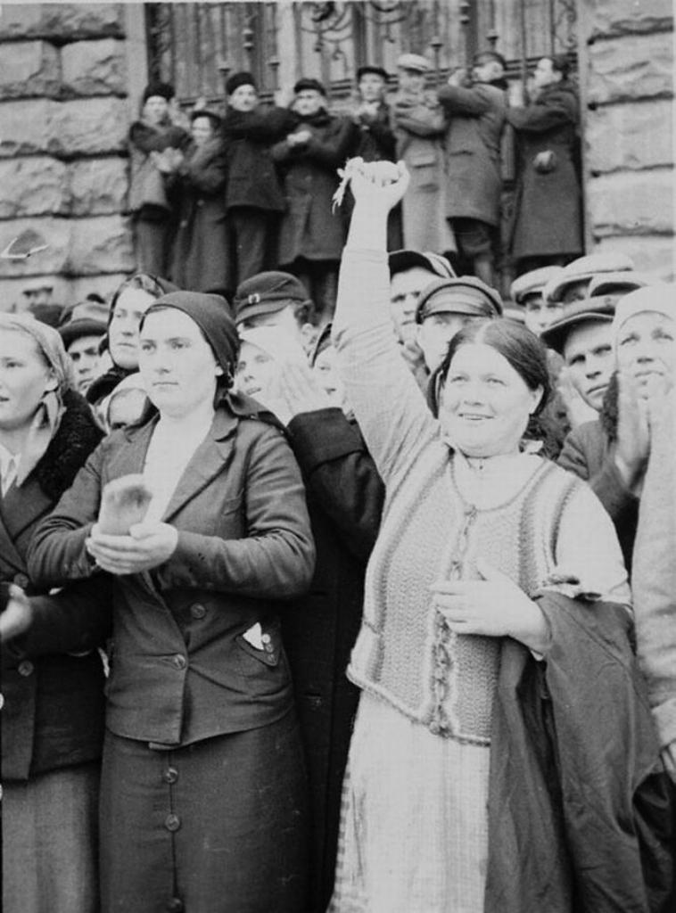 Граждане Львова приветствуют Советскую Армию.