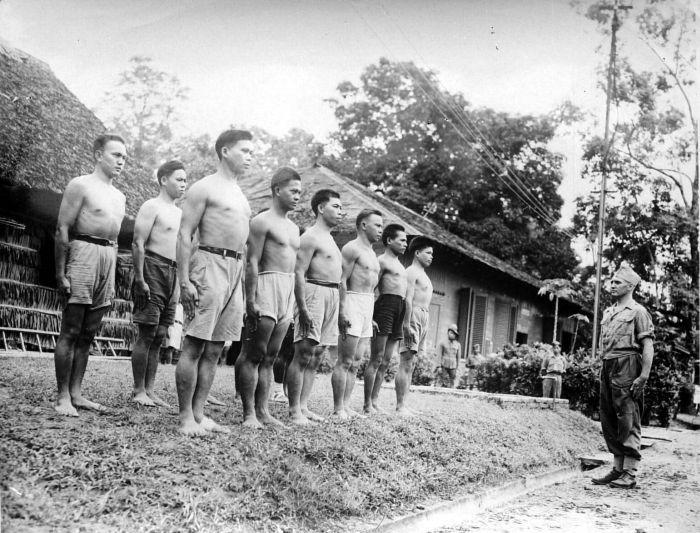 COLLECTIE_TROPENMUSEUM_Training_van_het_Koninklijke_Nederlands-Indische_leger_te_Ambon_TMnr_10001941.jpg