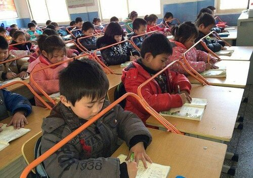 Можно приучить детей правильно держать голову на уроке