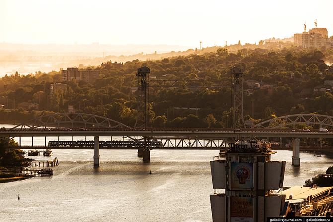 Впервые мост был построен в конце XIX века. Пролет моста приходилось поворачивать так, чтобы он стан