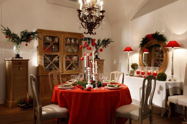 Прекрасная идея— сделать сюрприз для гостей : для каждого положите втарелку сладкий подарок или иг