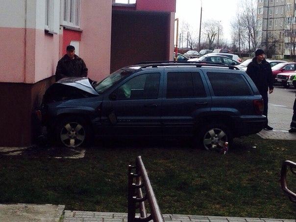Фотофакт: внедорожник врезался в жилой дом в Гомеле
