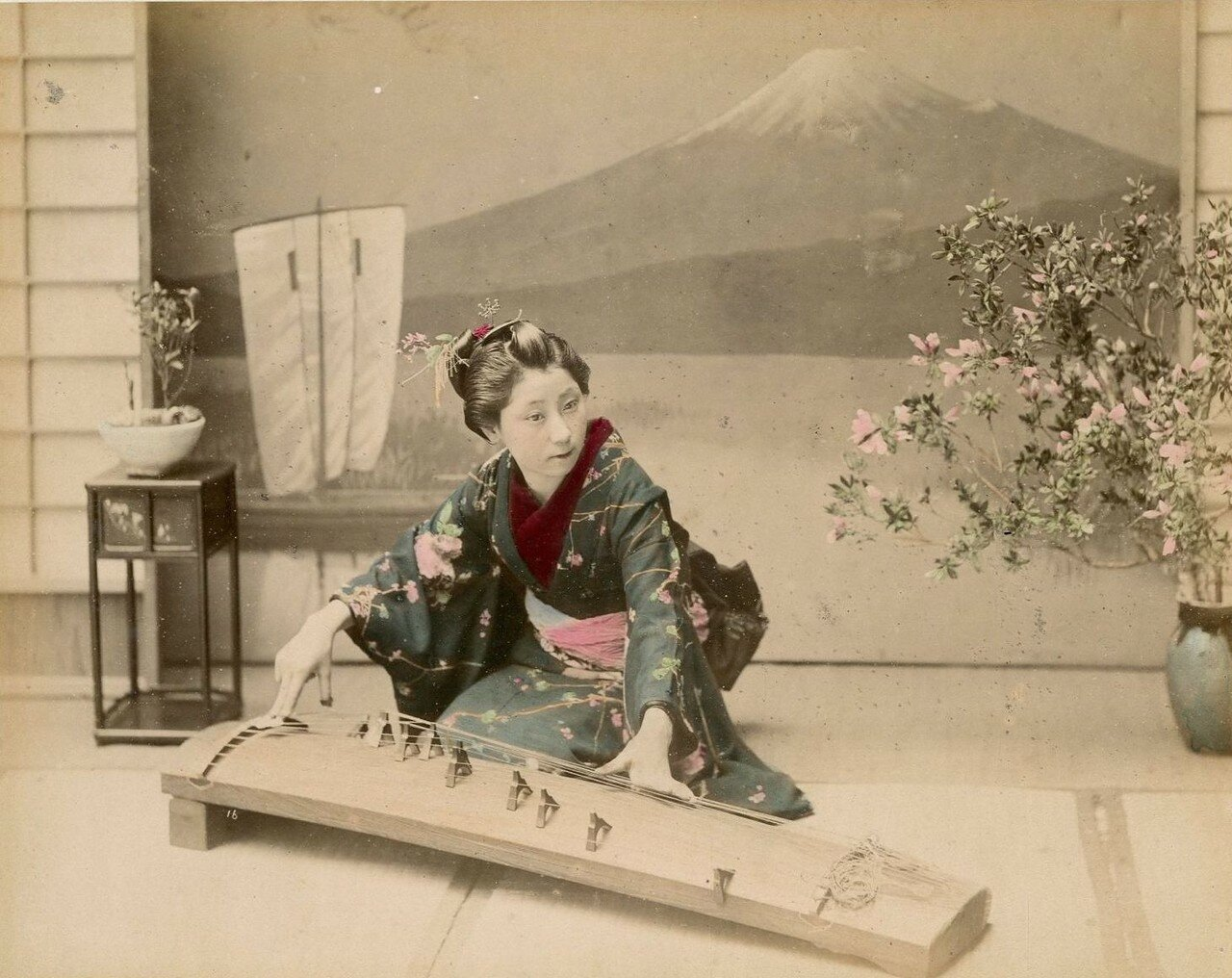 Девушка играет на сямисэне
