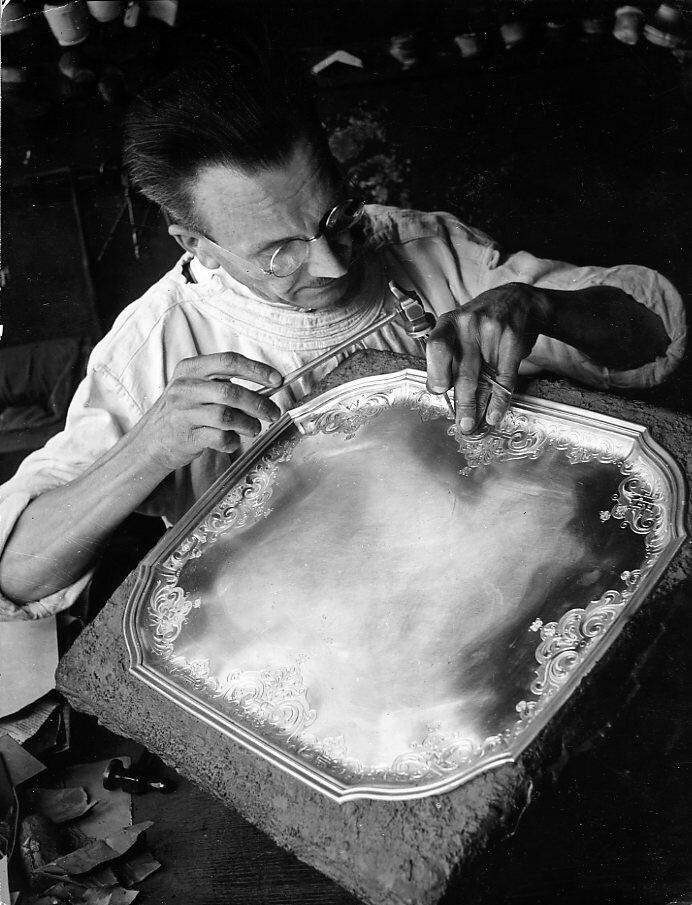 1942. Чеканка серебряного блюда