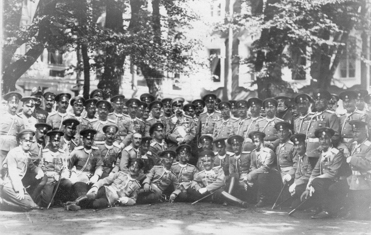 39. Барон В.Б.Фредерикс, министр двора и командир полка полковник Мдивани с группой офицеров полка. Петергоф. 1913