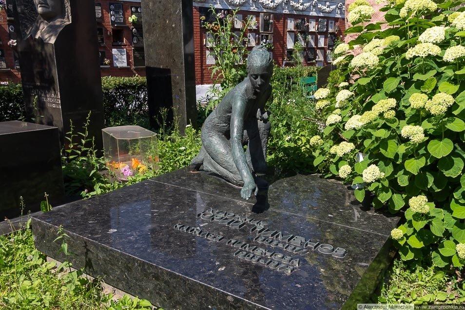 Могила Юрия Пименова на Новодевичьем кладбище