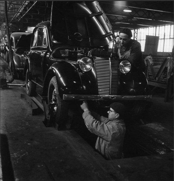 1945. Рабочий в смотровой яме