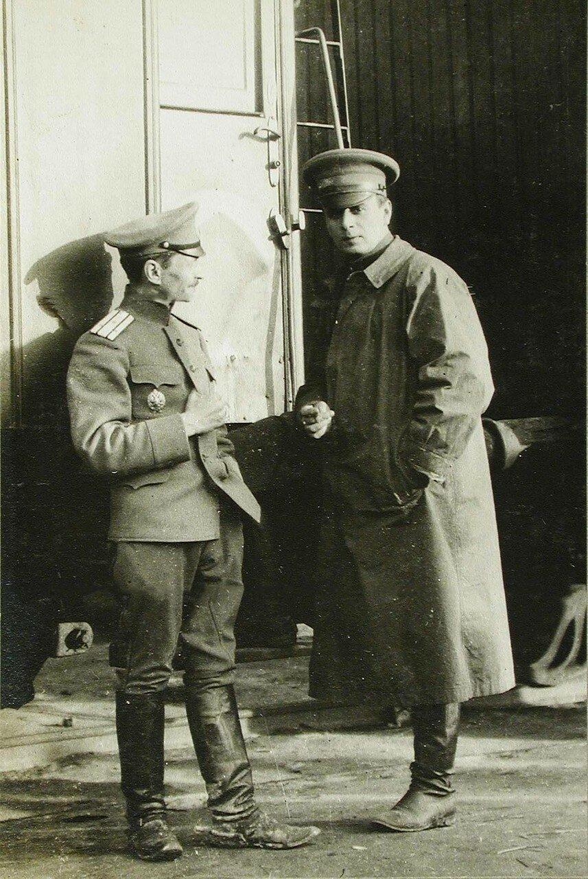 43. Полковник Асанович (слева) и корреспондент Дейли Миррор у поезда