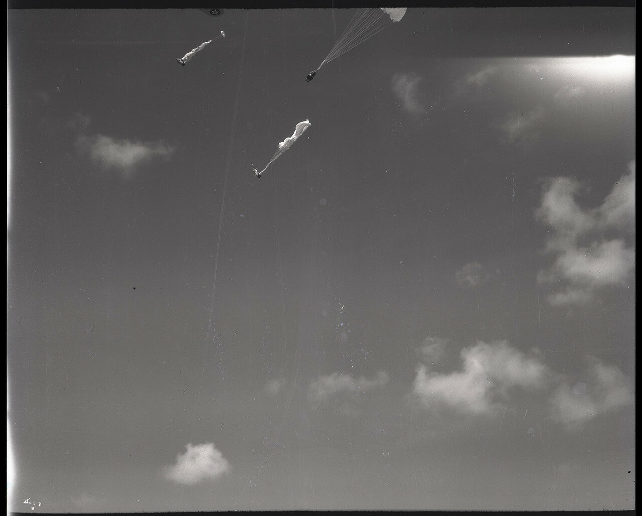 04. Сброшены манекены на парашютах