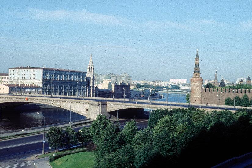 12. Вид из гостиницы РОССИЯ на Москву-реку и юго-восточный угол Кремля