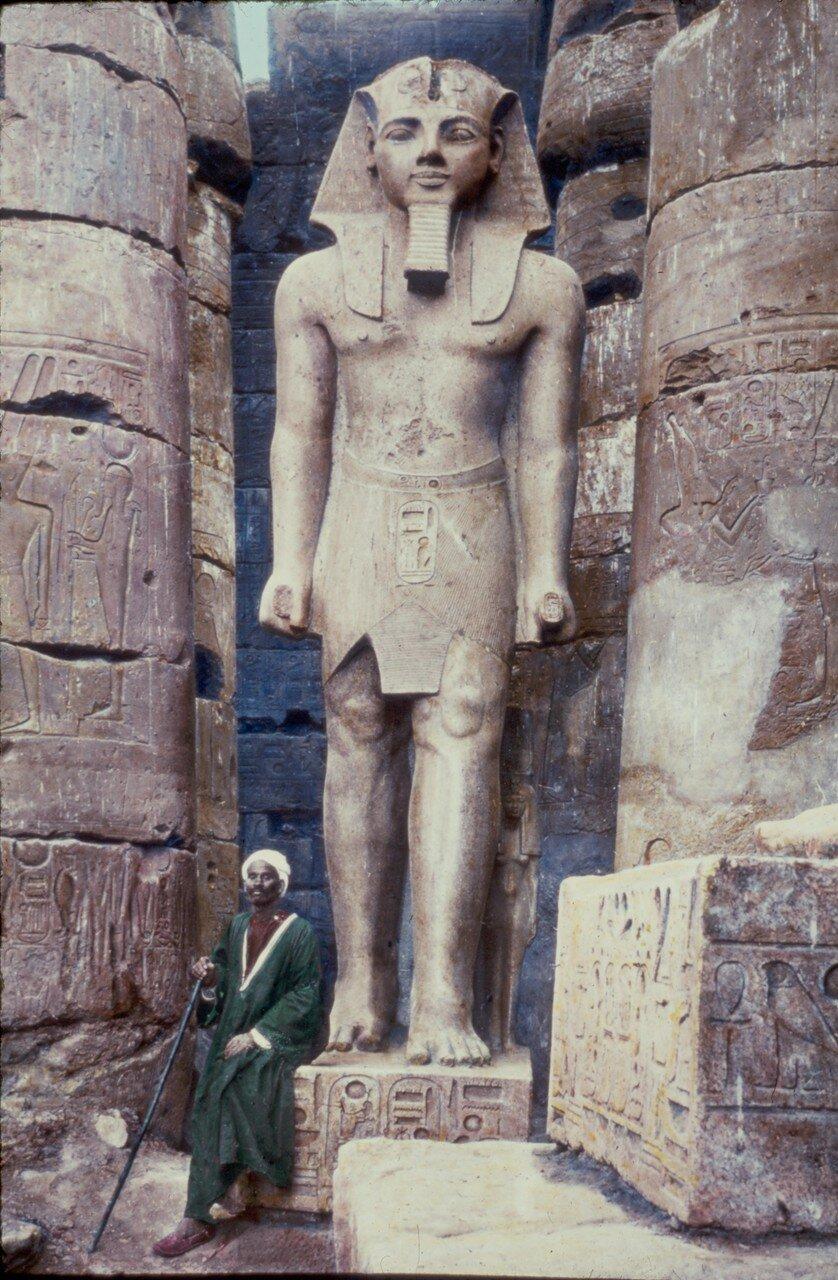 Статуя Рамзеса II в храме Луксора. 1950