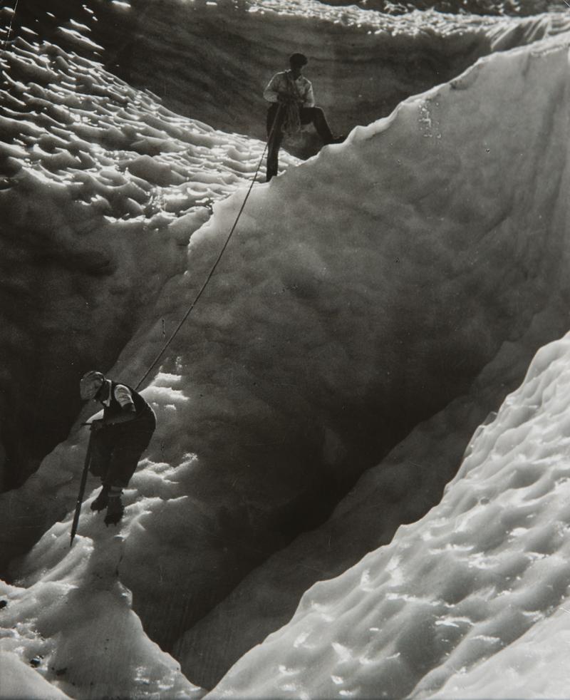 1935. Альпинисты на леднике