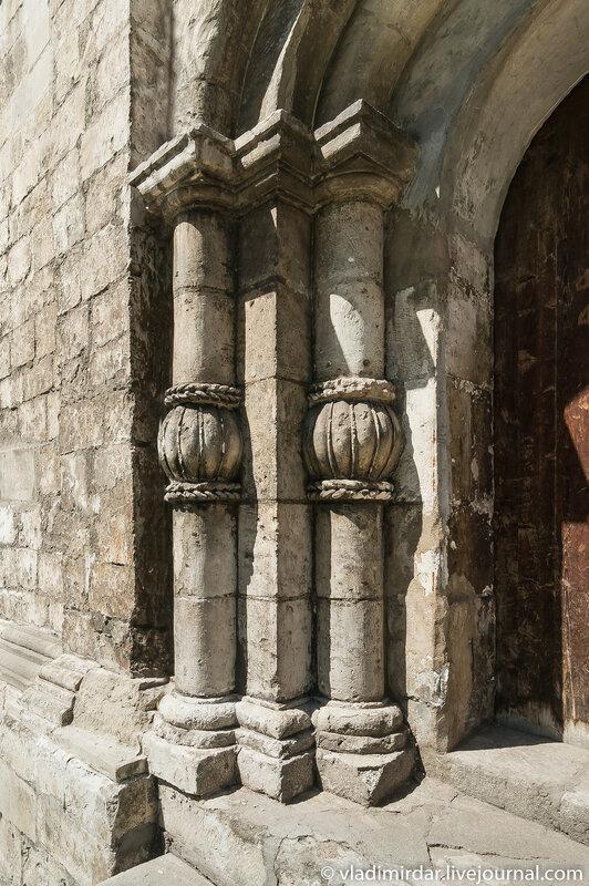 Детали килевидного южного портала храма святого Трифона в Москве