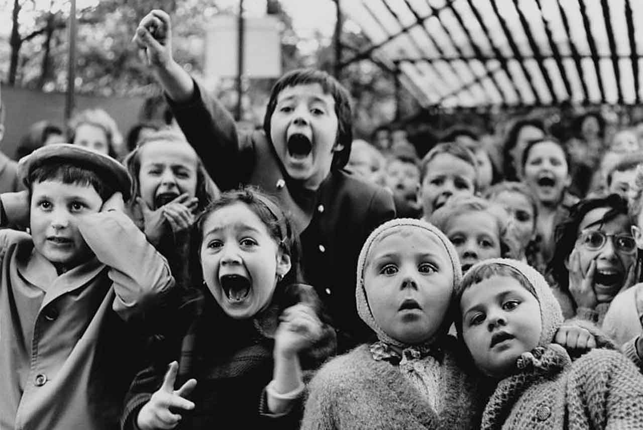 Дети в кукольном театре, Париж. Альфред Эйзенштадт (1898-1995) Children at a puppet theatre, Paris. Аукцион Сотбис, Нью Йорк. 48.000 долларов