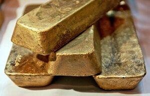 На фоне падения рубля подешевело золото