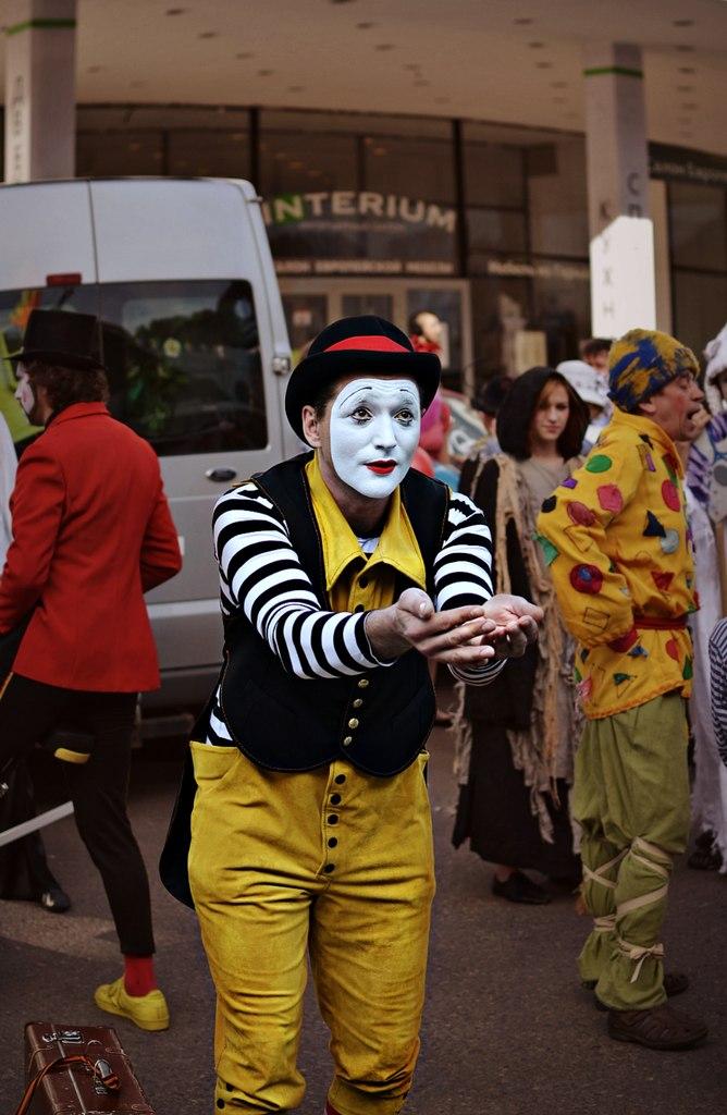 клоун просит милостыню