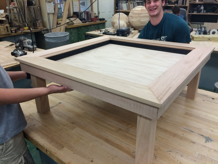 Старшеклассник построил столик с эффектом бесконечности