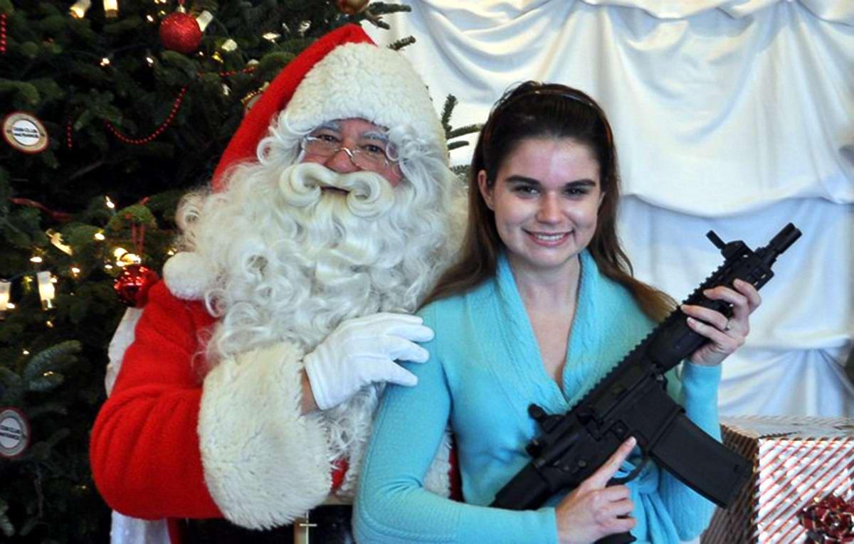 С автоматами в компании Санта-Клауса: Добропорядочные американцы готовятся к встрече Рождества (8)