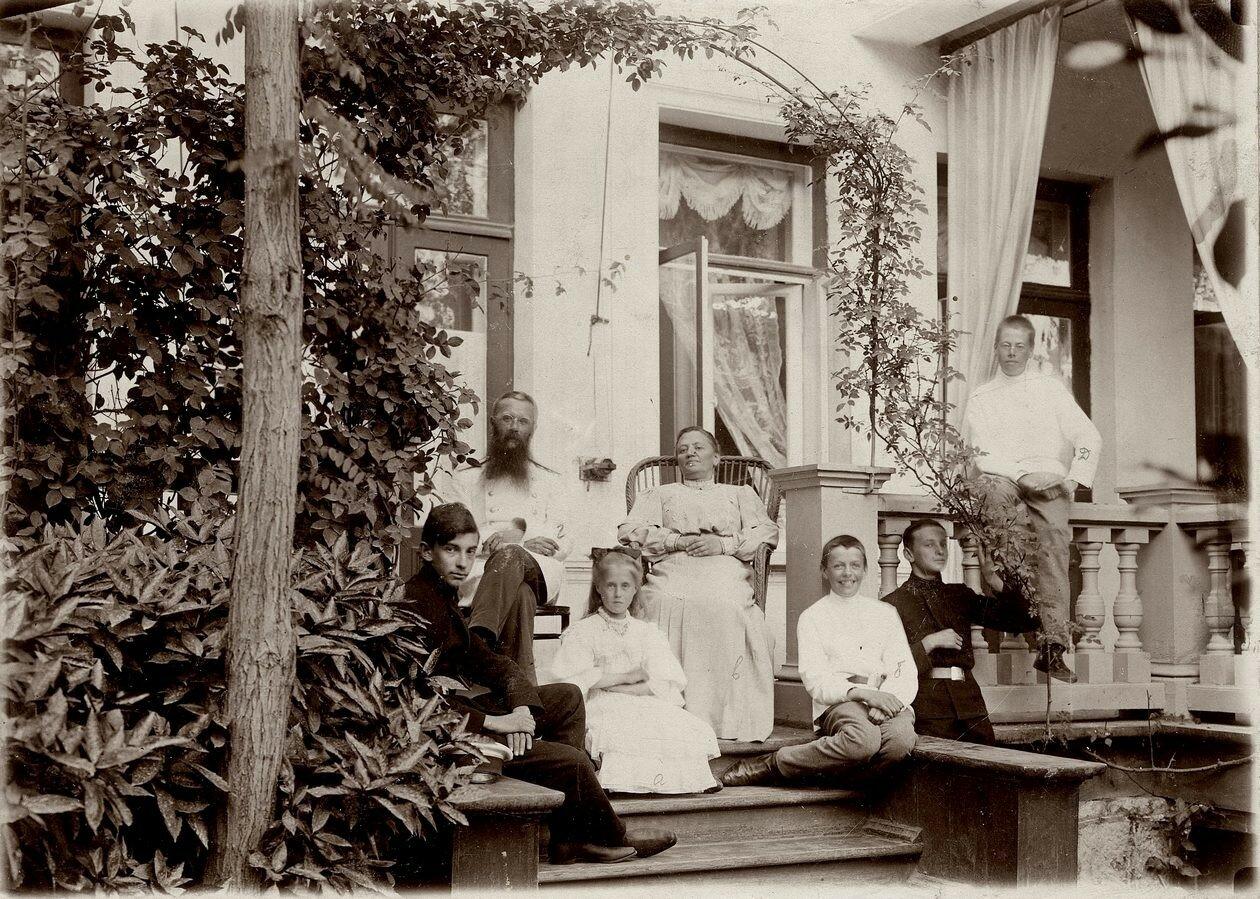 Члены семьи П.Н. Коновалова на даче в Тараканово