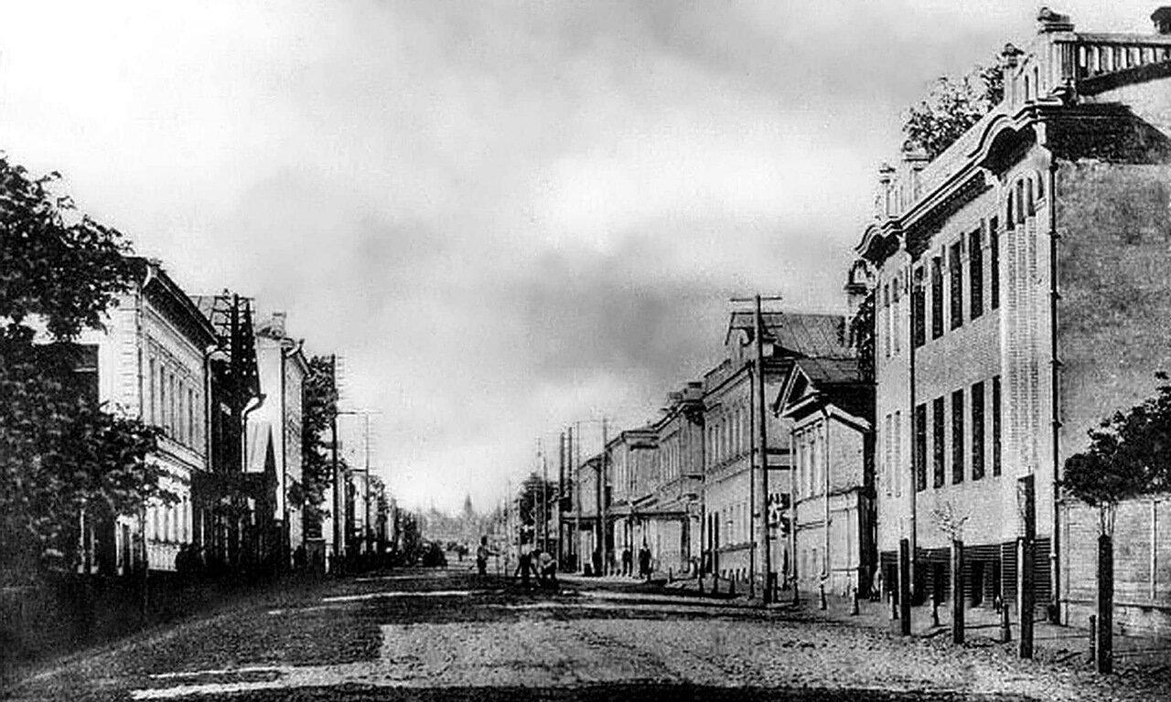 Улица Ильинская. Вдали Крестовоздвиженский монастырь