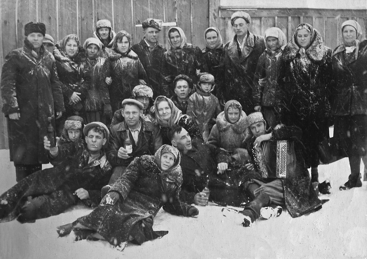 Группа селян