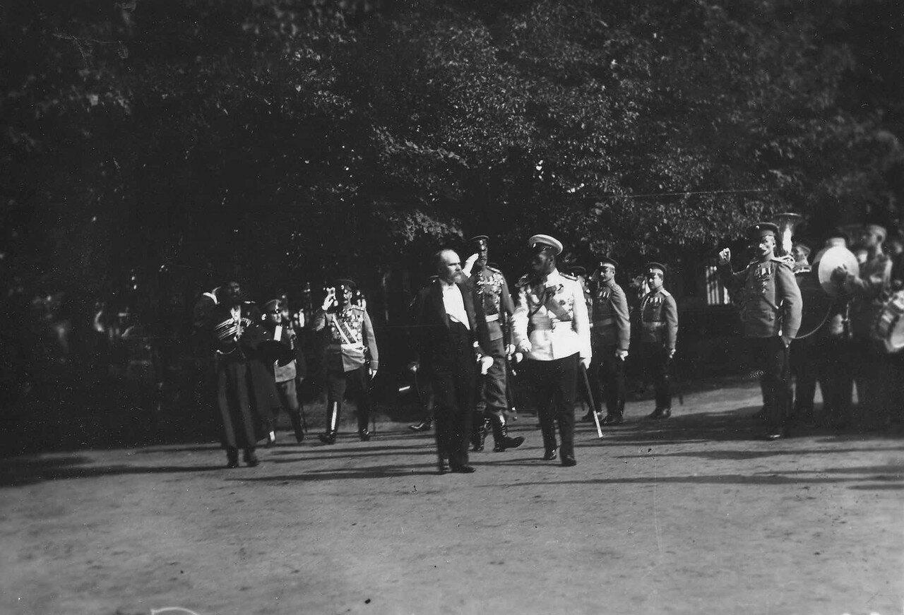 62. Николай II, Р.Пуанкаре и сопровождающие их лица идут к Большому Петергофскому дворцу