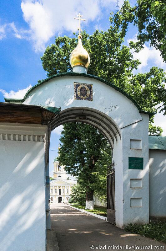 Южные врата Свято-Екатерининского монастыря.