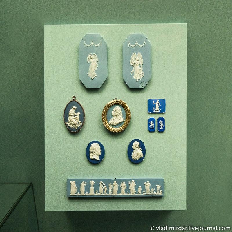 Камеи и пластины с портретами, античными сюжетами и эмблемами