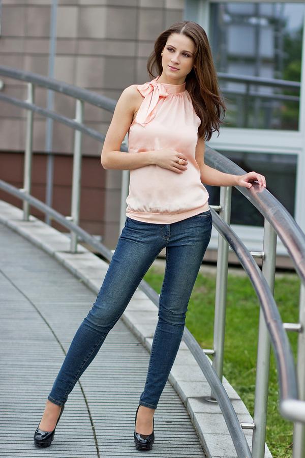 Стильная шатенка в джинсах на мостике
