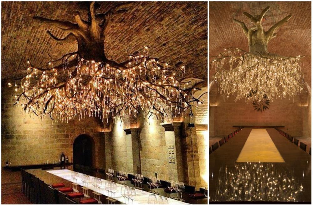 Люстра ввиде огромной виноградной лозы украшает потолок дегустационного зала одного извинограднико