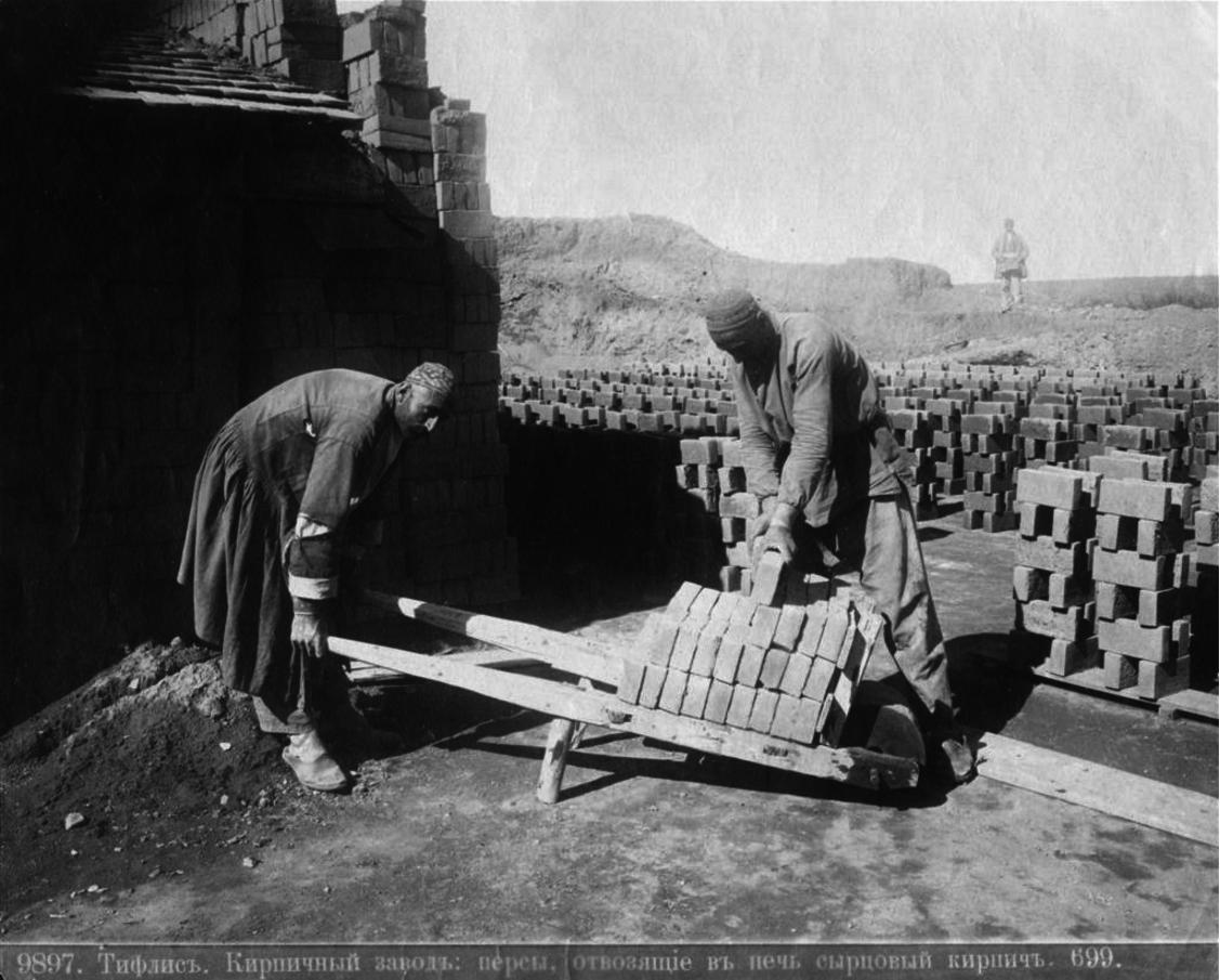 Кирпичный завод. Персы отвозят в печь сырцовый кирпич